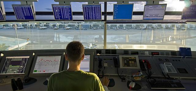 http://soymino.files.wordpress.com/2010/01/controlador-aereo.jpg